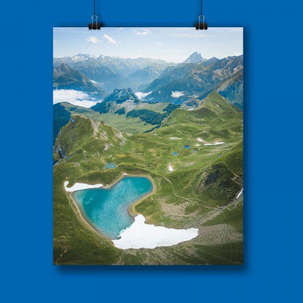 affiche de maxime sembille prise au drone représentant les lacets de montagnes sous la neige dans la collection personnelle des chauvins à Pau